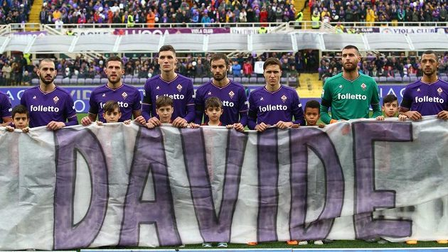 Hráči Fiorentiny s transparentem s Astoriho jménem před zápasem s Beneventem.