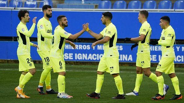 Koke a Luis Suárez z Atlétika Madrid oslavují gól proti Alavésu.