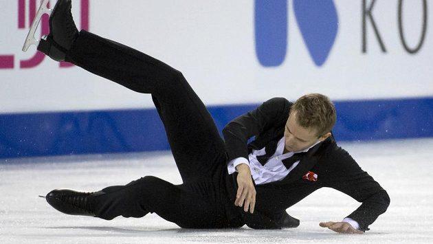 Michal Březina při pádu v krátkém programu Kanadské brusle.