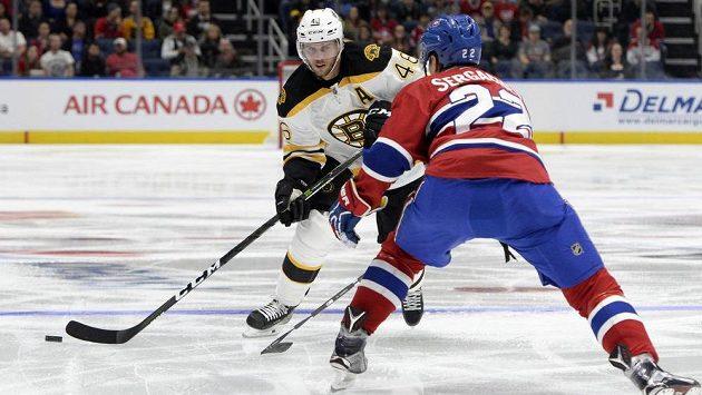 Útočník Bostonu David Krejčí (46) se snaží přelstít obránce Montrealu Michaila Sergacheva (22).