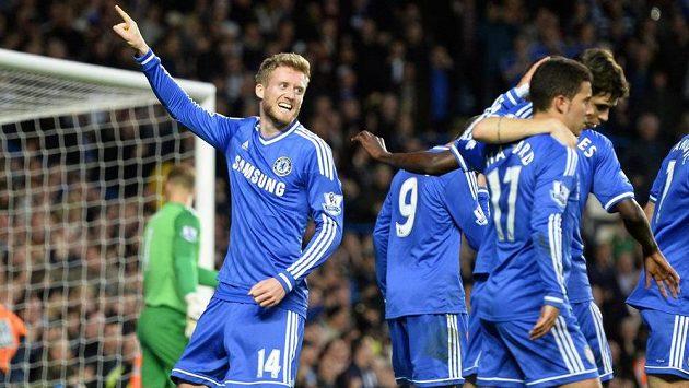 Útočník Chelsea Andre Schürrle (14) se raduje z gólu proti Manchesteru City.