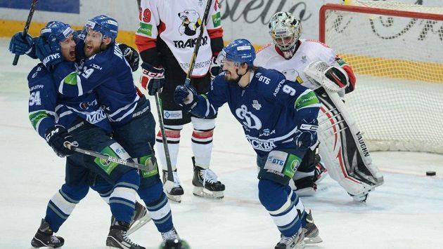Český hokejista Jakub Petružálek (druhý zleva) se raduje ze svého gólu ve finále play off KHL proti Čeljabinsku.
