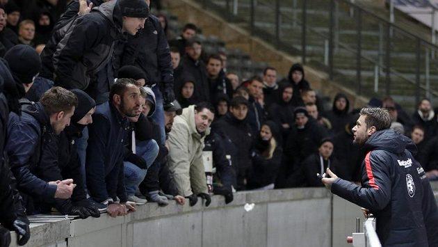 Marco Russ (vpravo) z Eintrachtu Frankfurt v diskuzi se znepokojenými příznivci.