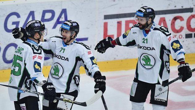 Autor třetího gólu Boleslavi proti Brnu Tomáš Hyka (uprostřed) se raduje se spoluhráči Radanem Lencem (vlevo) a Jakubem Klepišem (vpravo).