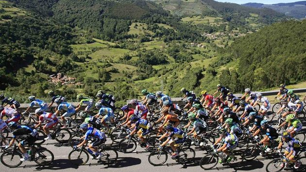 Cyklistický peloton na Vueltě.