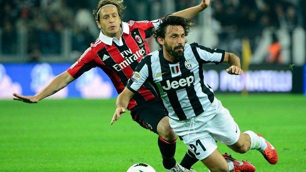 Souboj hvězd italského fotbalu, kapitán AC Milán Massimo Ambrosini (vlevo) s režisérem hry turínského Juventusu Andreou Pirlem.