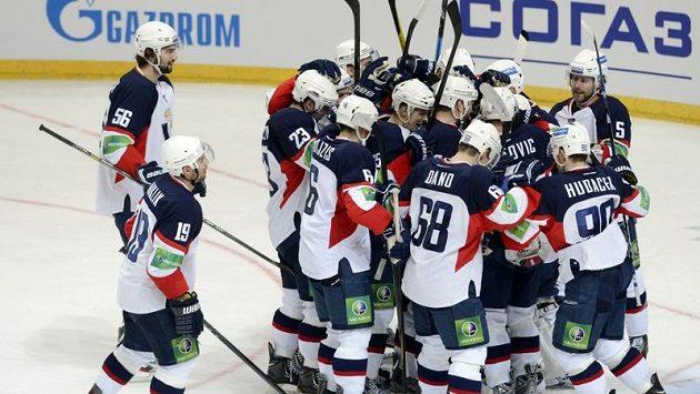 Hokejisté Slovanu Bratislava se radují z vítězství na ledě pražského Lva.