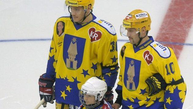 Exhibiční hokejový zápas na počest tragicky zesnulého Karla Rachůnka mezi celky PSG Zlín a Lokomotiv Jaroslavl. Na snímku jsou bratři Karla Rachůnka Tomáš (vlevo) a Ivan spolu s jeho synem Matějem.