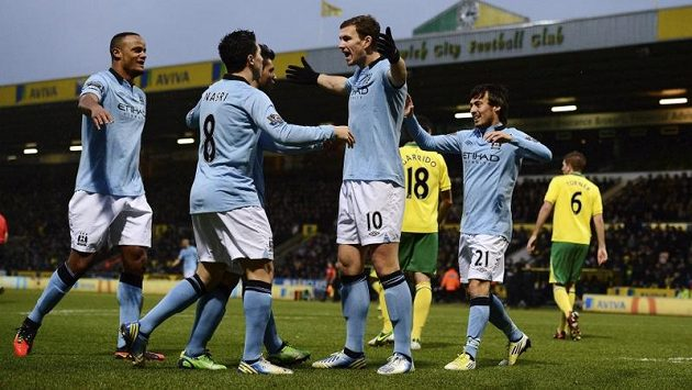 Edin Džeko (třetí zleva) měl v Norwichi blízko k hattricku. Jeho poslední trefu ale nakonec připsali brankáři Bunnovi jako vlastní gól.