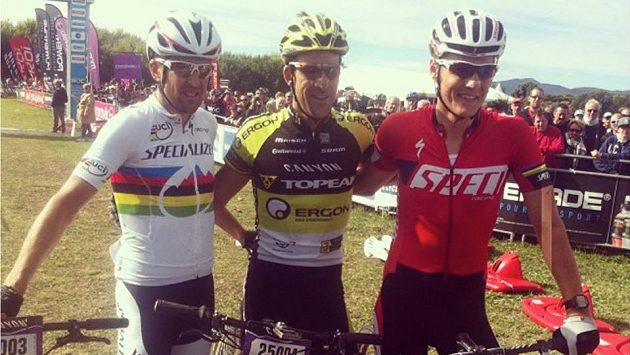 Tři nejlepší z maratónu Roc d´Azur: Rakušan Alban Lakata (uprostřed), Jaroslav Kulhavý (vpravo) a třetí Švýcar Christoph Sauser.