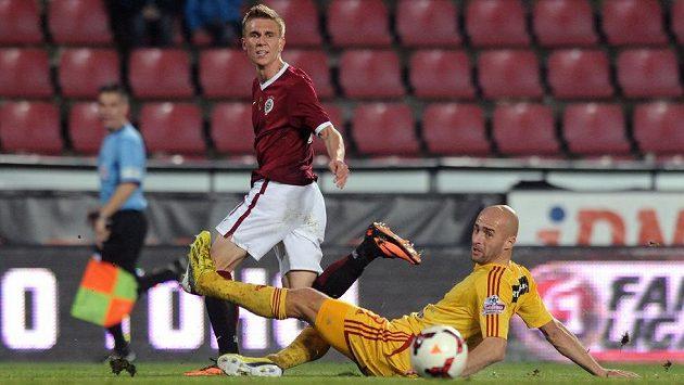 Záložník Sparty Bořek Dočkal (vlevo) a Jan Vorel z Dukly v podzimním ligovém duelu.
