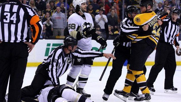 Útočník Bostonu Shawn Thornton (22) těsně poté, co napadl hráče Pittsburghu Brookse Orpika (ležící na ledě).
