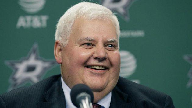 Hokejový trenér Ken Hitchcock se usmívá poté, co byl na tiskové konferenci představen jako nový kouč Dallas Stars. Hitchcock se vrací do klubu, s kterým v roce 1999 získal Stanley Cup. V NHL vedl rovněž Philadelphii Flyers, Columbus Blue Jackets a St. Louis Blues.