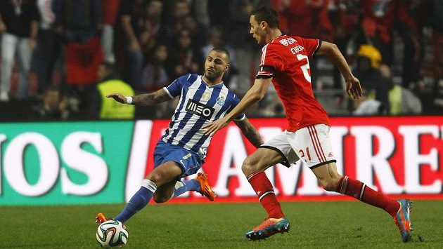 Fotbalista Benfiky Lisabon Nemanja Matič (vpravo) bojuje o míč s Ricardem Quaresmou z Porta.