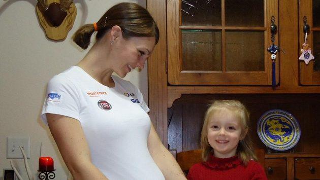 S balením pomáhá i čtyřletá Julinka.