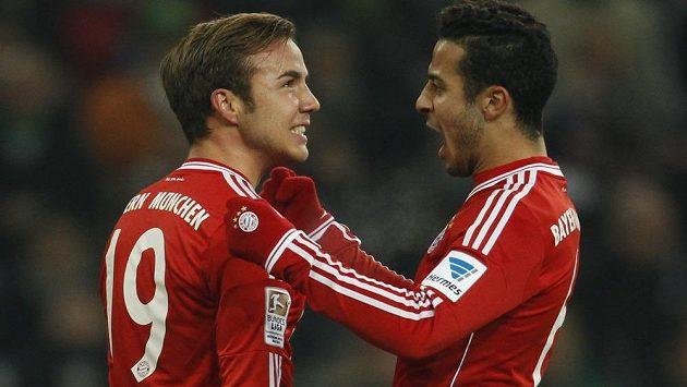 Thiago Alcantara (vpravo) a Mario Götze oslavují gól Bayernu.