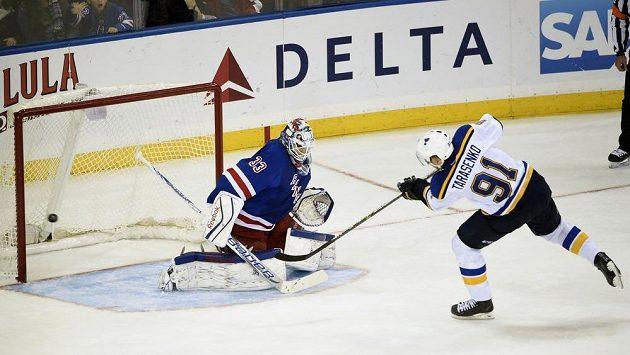Křídelník Vladimir Tarasenko střílí v samostatných nájezdech vítězný gól St. Louis v utkání proti New Yorku Rangers. V brance Cam Talbot.