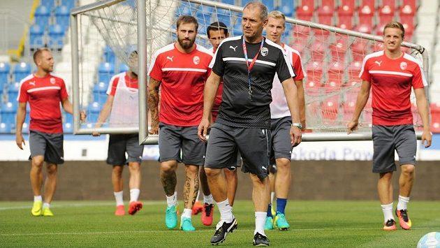 Trenér Roman Pivarník (uprostřed) na tréninku FC Viktoria Plzeň.