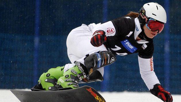 Snowboardistka Ester Ledecká během paralelního obřího slalomu ve slovinské Rogle.