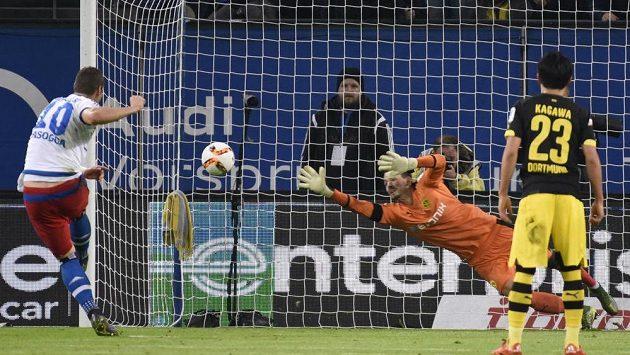 Pierre Michel Lasogga z Hamburku překonává z pokutového kopu brankáře Borussie Dortmund Romana Buerkiho.