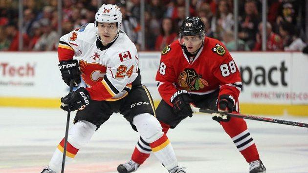 Jiří Hudler (24) nechyběl u dalšího vítězství hokejistů Calgary Flames, tentokrát na ledě Chicaga. Vpravo je hráč Blackhawks Patrick Kane.