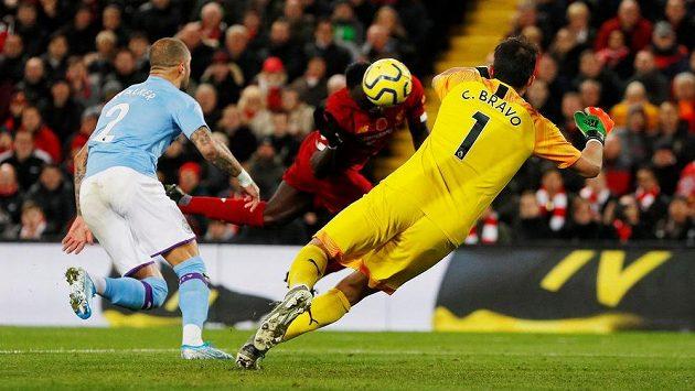 Sadio Mané (uprostřed) střílí třetí gól Liverpoolu v souboji s Manchesterem City.
