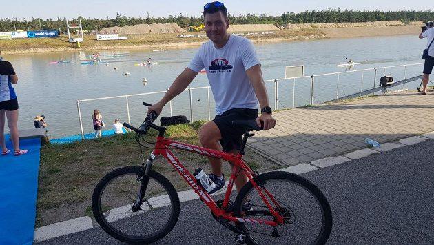 Jan Štěrba už se po Račicích pohybuje jen na kole.