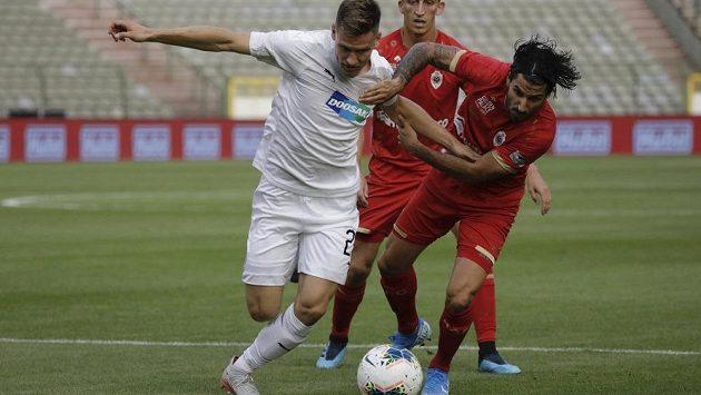 Fotbalista Royalu Antverpy Lior Refaelov (vpravo) v souboji s plzeňským Lukášem Hejdou v utkání 3. předkola Evropské ligy.