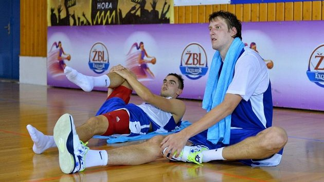 Čeští basketbalisté Jan Veselý (vpravo) a Tomáš Satoranský na soustředění národního týmu.