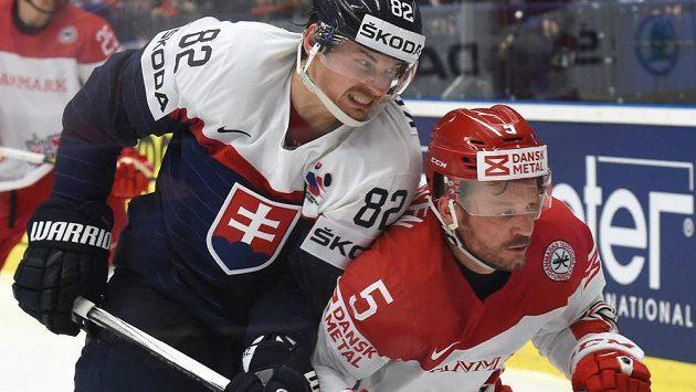 Kapitán slovenského výběru Tomáš Kopecký (vlevo) v souboji s Danielem Nielsenem z Dánska.