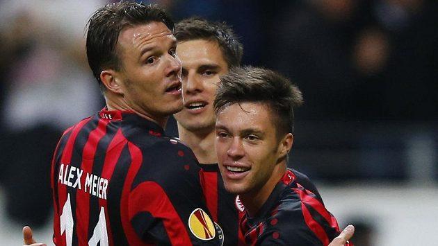 Útočník Frankfurtu Václav Kadlec (vpravo) má v Evropské lize často důvod k radosti.
