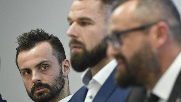 Zleva Michal Řepík ze Sparty, plzeňský Milan Gulaš a prezident výkonného výboru České asociace hokejistů (CAIHP) Libor Zbořil.