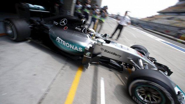 Lewis Hamilton vyjíždí se svým mercedesem na okruh v Šanghaji při pátečním měřeném tréninku.