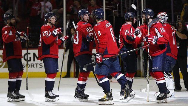 Hokejisté Washingtonu oslavují vítězství v šestém utkání finále Východní konference. Zcela vlevo stojí český obránce Michal Kempný.