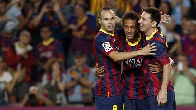 Fotbalisté Barcelony se radují z gólu proti Realu Sociedad. Zleva Iniesta, Neymar, Messi.