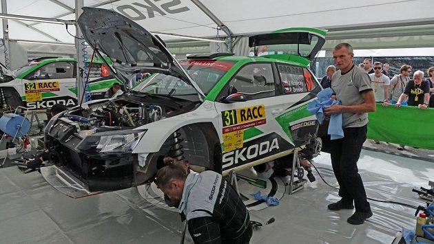 Josef Kopecký (vpravo) pečuje o závodní Škodu Fabii R5 syna Jana během Španělské rallye.