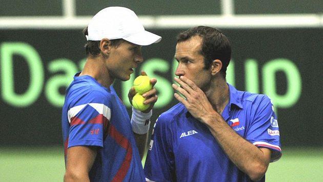 Český deblový pár Tomáš Berdych (vlevo) a Radek Štěpánek v sobotním zápase Davisova poháru s Nizozemskem.