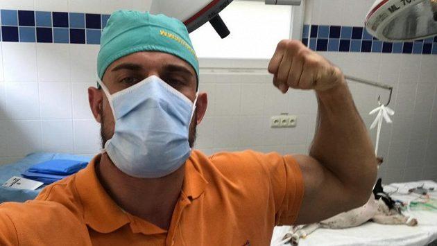 Ondřej Raška se může chlubit vysokoškolským diplomem. Mezi zápasy se z něj stal veterinář.
