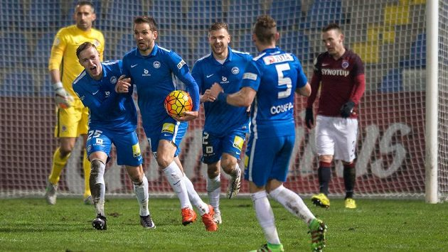Liberecký útočník Marek Bakoš (druhý zleva) slaví se spoluhráči gól proti Spartě v úvodním čtvrtfinálovém utkání MOL Cupu.