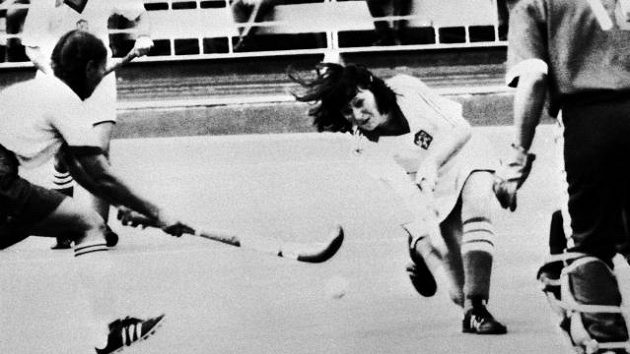 Olympiáda v Moskvě 1980. Alena Kyselicová (dnes Mejzlíková) se snaží překonat indickou brankářku Margaret Toscanovou.