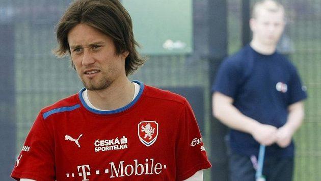 Kapitán české fotbalové reprezentace Tomáš Rosický přichází ve Vratislavi na trénink.