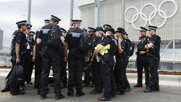 Příslušníci britské policie u olympijského areálu (ilustrační foto)