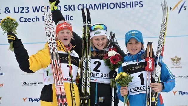 Stina Nilssonová ze Švédska se na archivním snímku raduje ze zlaté medaile na MS juniorů v Liberci spolu se stříbrnou Němkou Carlovou a bronzovou Ruskou Oščepkovou.