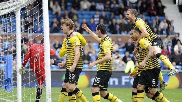 Fotbalisté Celtiku se radují z gólu.
