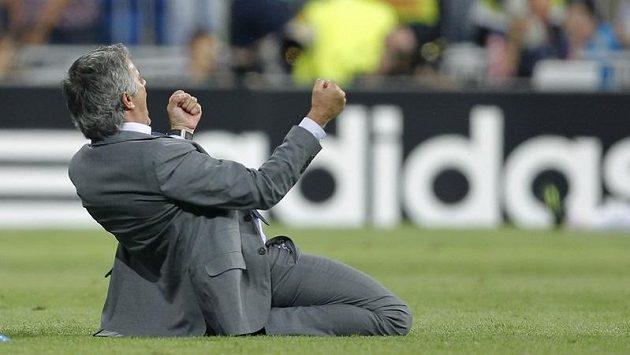 Kouč Jose Mourinho a jeho slavný skluz.
