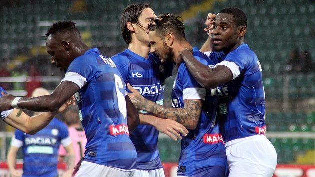 Útočník Udinese Cyril Théréau (druhý zprava) slaví se spoluhráči gól proti Palermu v dohrávce 10. kola italské ligy.