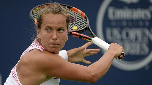 Barbora Strýcová při utkání s Caroline Garciaovou z Francie v prvním kole v Montrealu.