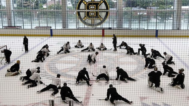 Bostonští hokejisté během přípravného kempu.