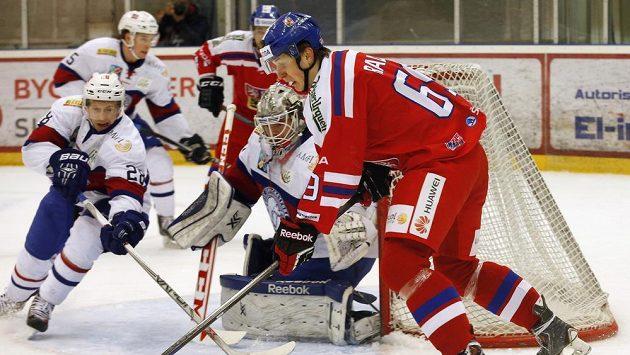 Lukáš Radil se snaží překvapit norského brankáře Steffena Söberga, jemuž pomáhá Niklas Roest (vlevo).