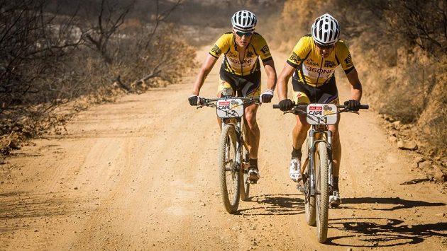 Jaroslav Kulhavý (vlevo) a Švýcar Christoph Sauser vyhráli na Cape Epic už třetí etapu za sebou.